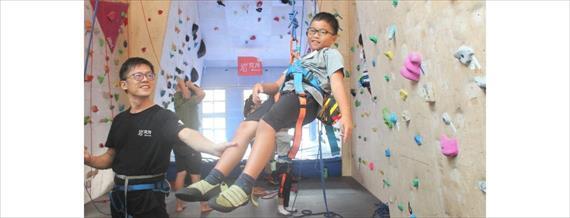 台北.攀岩 下雨天放電好去處!安全×刺激×有趣兒童室內攀岩